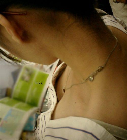 胸チラ 画像011